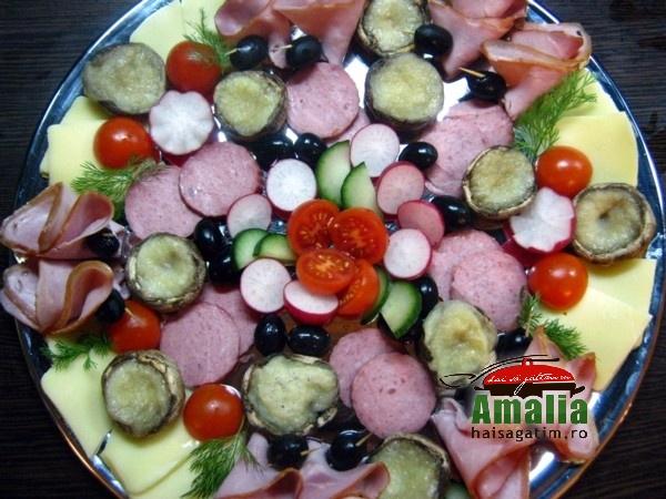 Platou aperitiv ciuperci umplute cu branza