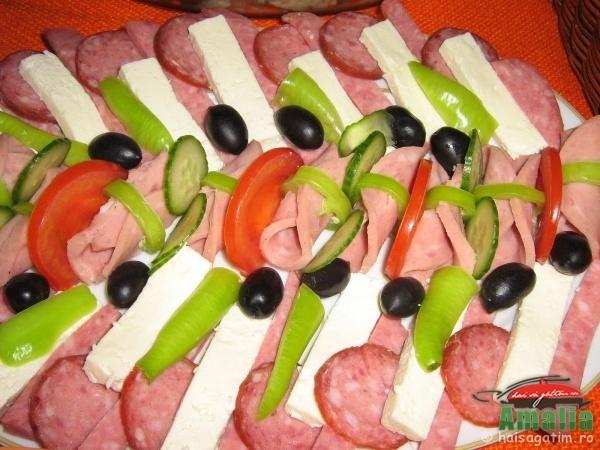Aranjare platou aperitive simple - mezeluri, branza, rosii, etc