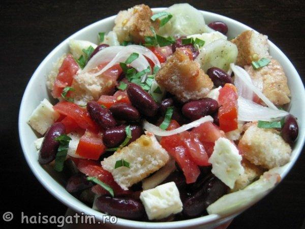 Salata cu fasole si crutoane