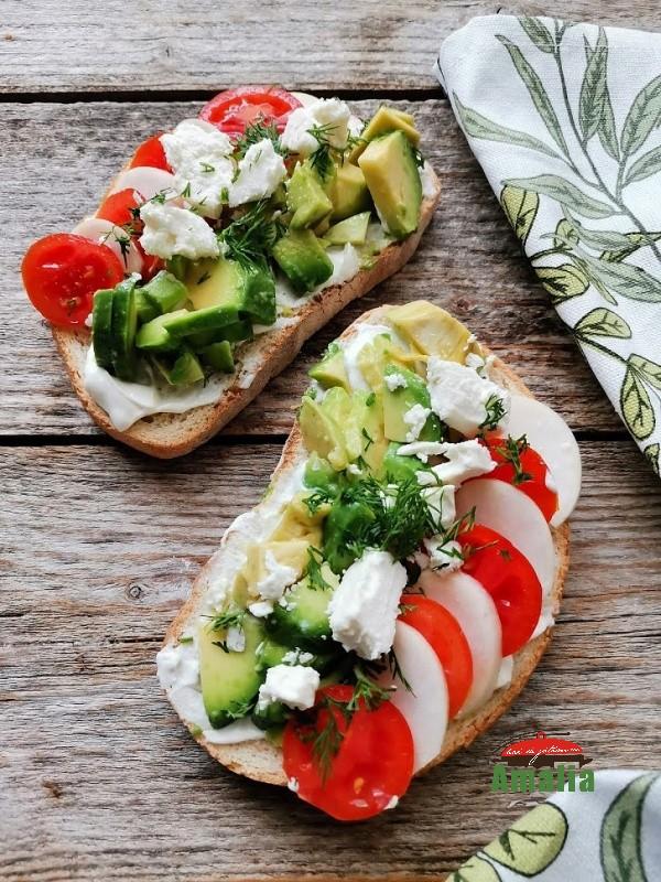 Toast-cu-avocado-rosii-cherry-si-branza-amalia-1