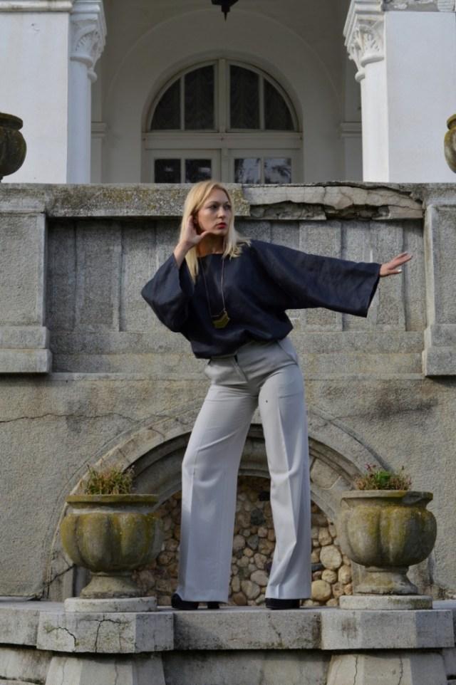 Pulp Fiction svetlo sive pantalone, fantastičnog pada sa širim nogavicama, upečatljive i avangardne forme. 42% vuna, 52% poliester pantalone na peglu sa širim nogavicama koje imaju zadivljujući pad elegancija i upečatljiv avangardni stil