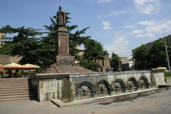 تمثال روستافيلي بمدخل محطة المترو التي تحمل اسمه في تبليسي