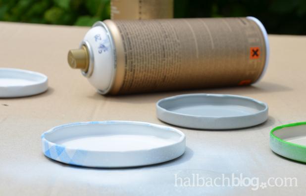 DIY-Idee halbachblog: Anleitung für Kerzenuntersetzer aus Baumwollspitze und Marmeladenglasdeckel, Deckel ansprühen
