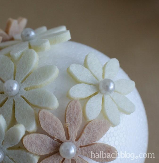 DIY-Idee halbachblog: Anleitung für Blütenkugeln Natur-Weiß, Filz-Accessoires mit Perlennadel in Styroporkugel stecken