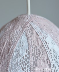 DIY-Idee halbachblog: Tutorial für Lampe aus Baumwoll-Spitzen-Bändern in rosa-weiß