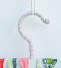 DIY-Idee halbachblog: Adventskalender am Kleiderbügel mit angeknoteten Bändern und umwickeltem Haken