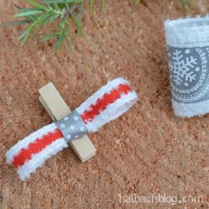 halbachblog Baumschmuck-Idee: Schleifen auf Holzklammern in Grau, Rot, Weiß und Natur
