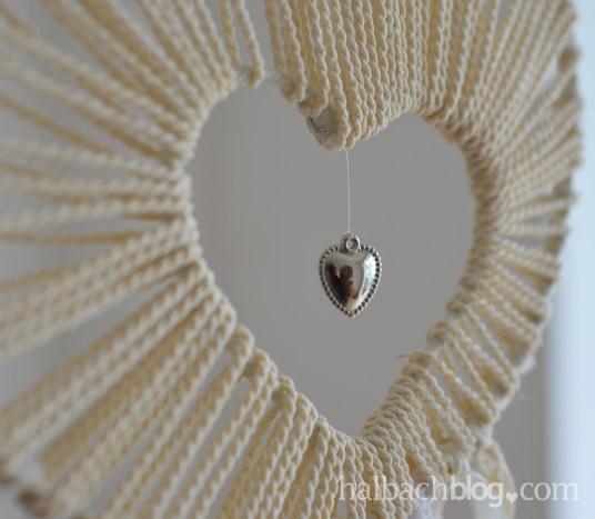 DIY-Idee halbachblog: Traumfänger basteln mit Herz aus Kordel, Spitze, Bändern und silbernem Accessoires-Herz