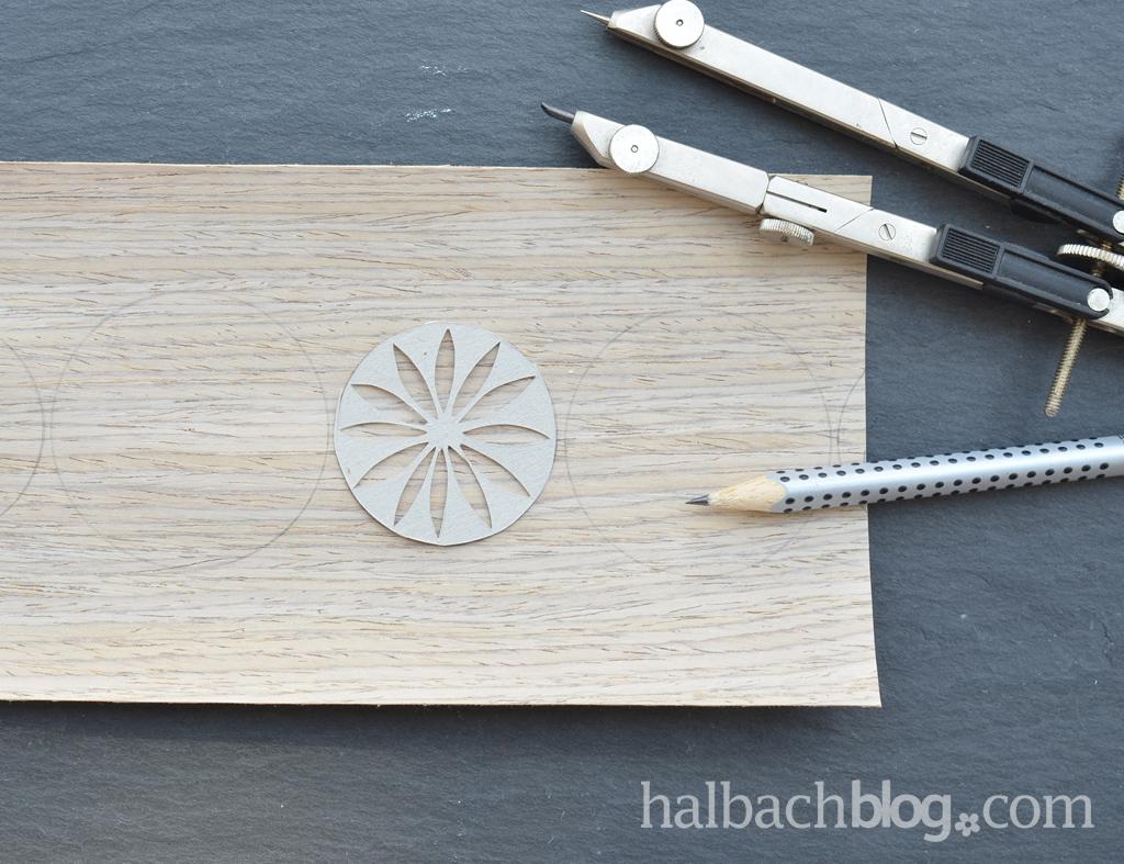DIY-Idee halbachblog: Windlicht-Banderole gestalten mit gräulichem Holzfurnier-Stoff, Löchern und feinen Mustern
