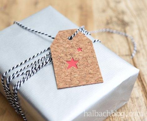 DIY-Idee zu Weihnachten: Hangtags gestalten mit selbstklebendem Korkstoff und Holzfurnier-Stoff, Bändern, Motiven und X-Mas-Schriftzug