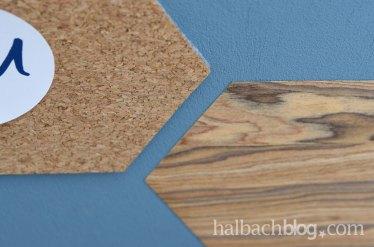 DIY-Idee halbachblog: Memoboard gestalten aus Sechsecken aus selbstklebendem Korkstoff und Holzfurnier-Stoff in Blau, Grau, Natur