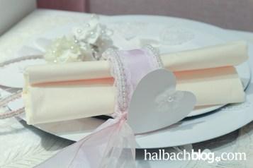 halbachblog: von Herzen I Ideen-Sammlung I Muttertag und Weiße Feste I Servietten-Deko mit Band, Herz und Perlen