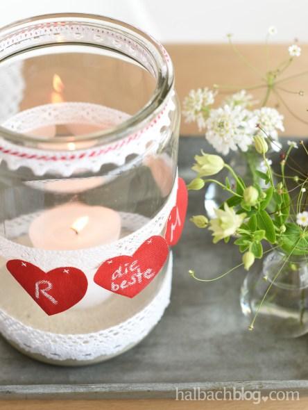 DIY-Idee halbachblog: Banderole aus Tafelstoff-Herzen in Rot und Spitze in Weiß mit Kreideschriftzug