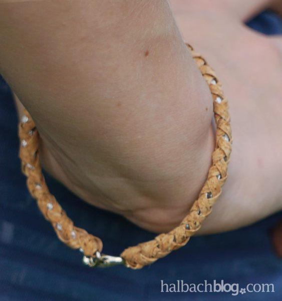 DIY-Idee halbachblog: geflochtenes Armband aus Korkstoff Streifen I fertiges Armband mit silberner Mitte I