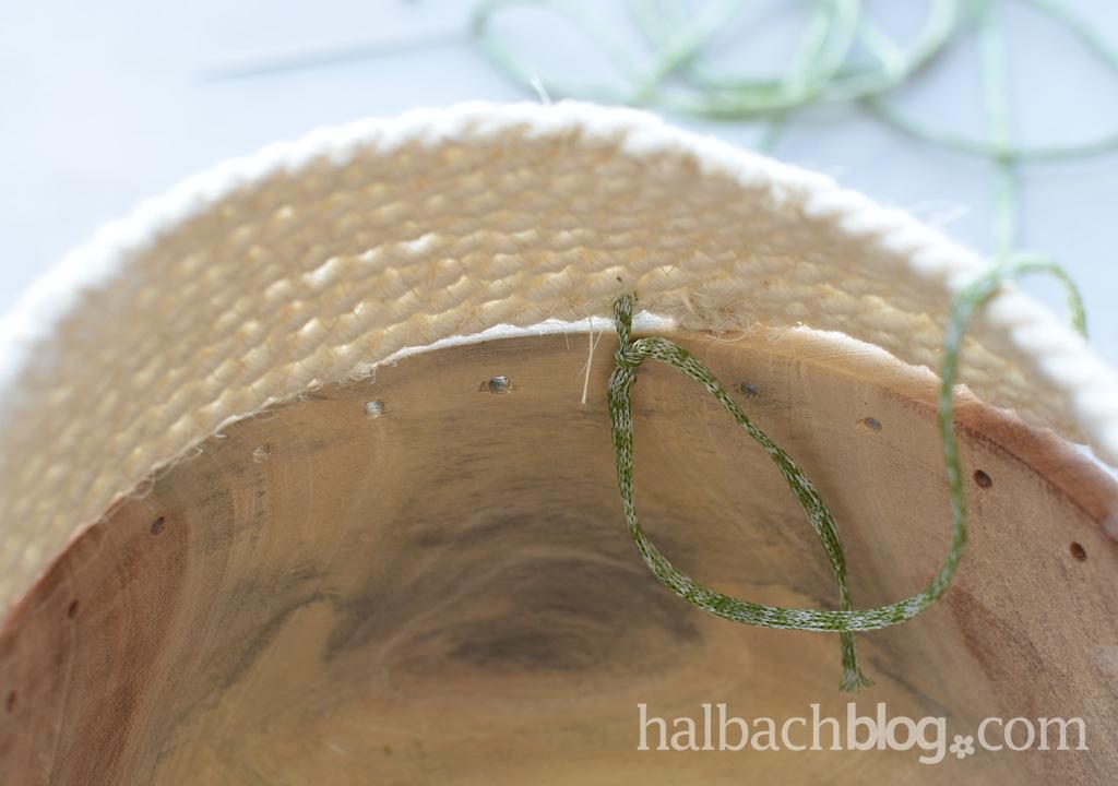 DIY-Idee Halbachblog: Tutorial für eine Holzschale mit Rope-Bowl-Rand aus Jute-Kordel und Strickbändchen in Natur-Grün; Rand annähen