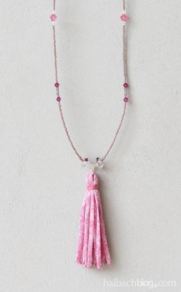 DIY-Idee Halbachblog: Ketten basteln mit Quasten-Anhängern aus dünnem Strickbändchen in Rosa, Pink, Natur, Weiß