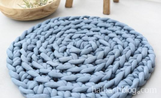 DIY Video Tutorial: runden Teppich aus XXL Strickschlauch mit den Fingern häkeln