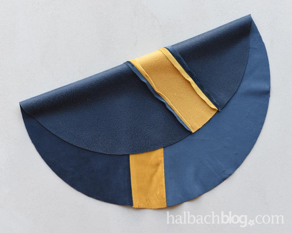 DIY-Anleitung Halbachblog: rundes Sitzkissen aus Samt nähen für Ikea-Frosta-Hocker in Blau mit gelbem Mittelstreifen