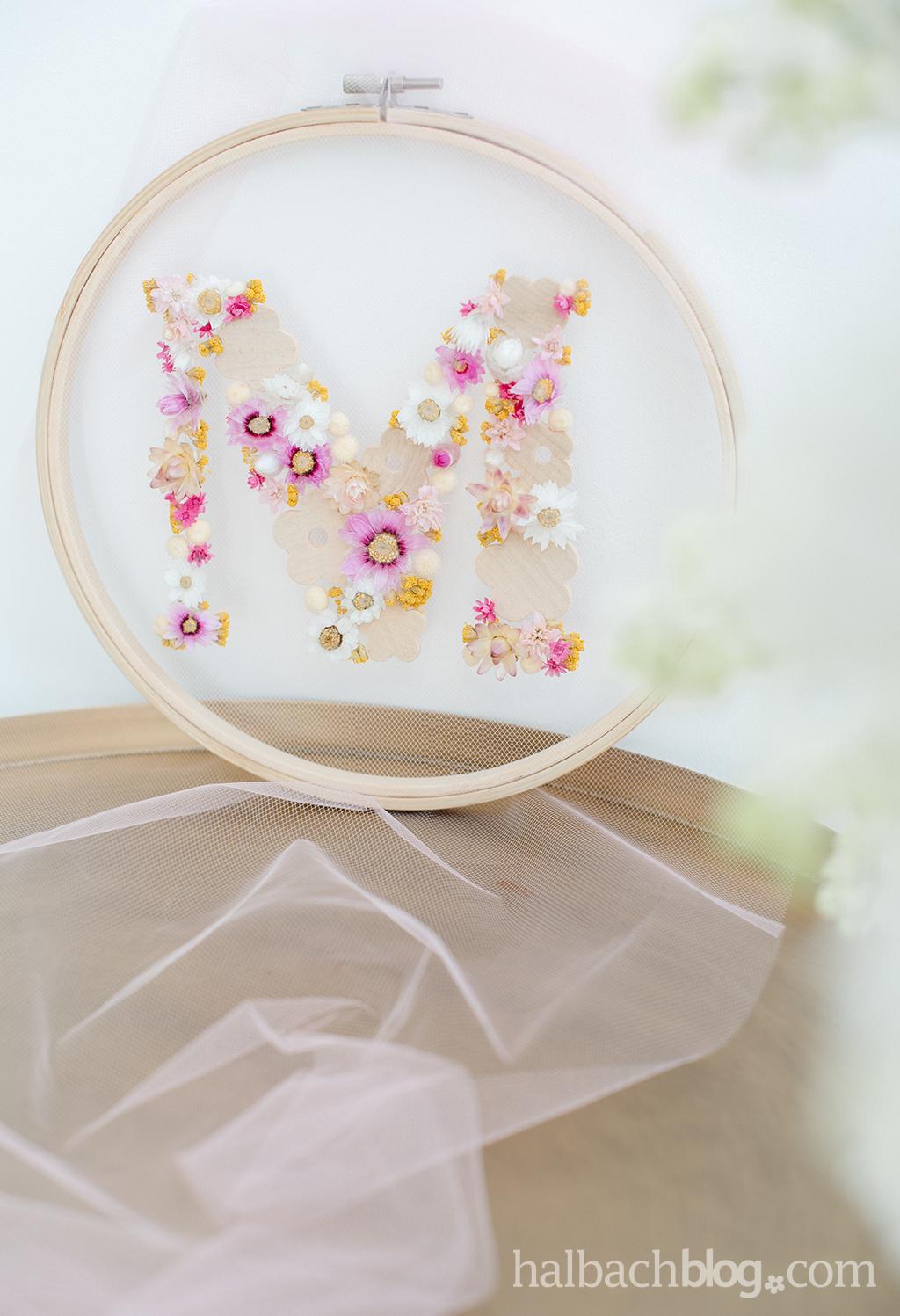 Halbachblog I DIY-Idee: Stickrahmen mit Tüll und Initialien aus Trockenblumen und Holzblüten