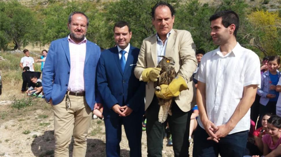 El viceconsejero de Medio Ambiente y otros responsables, en la suelta de aves. - CÓRDOBA