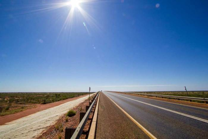 australia-outback-trailwind-road