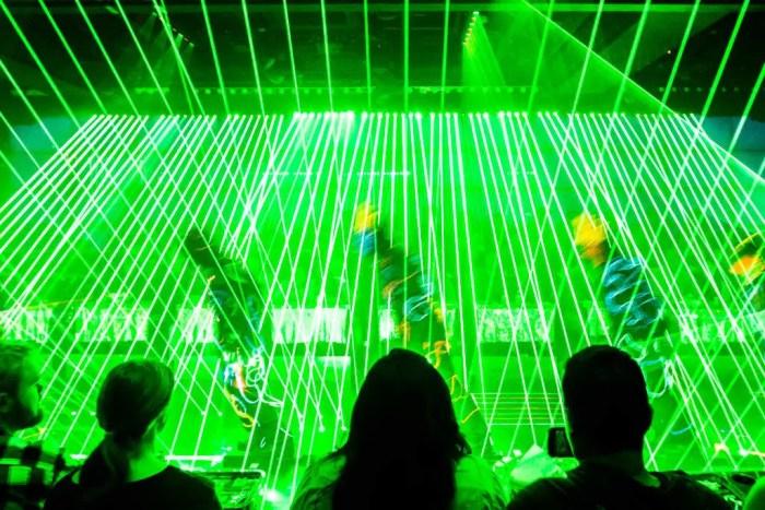 robot-restaurant-lasers
