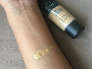 Maybelline Fit Me 220 swatch