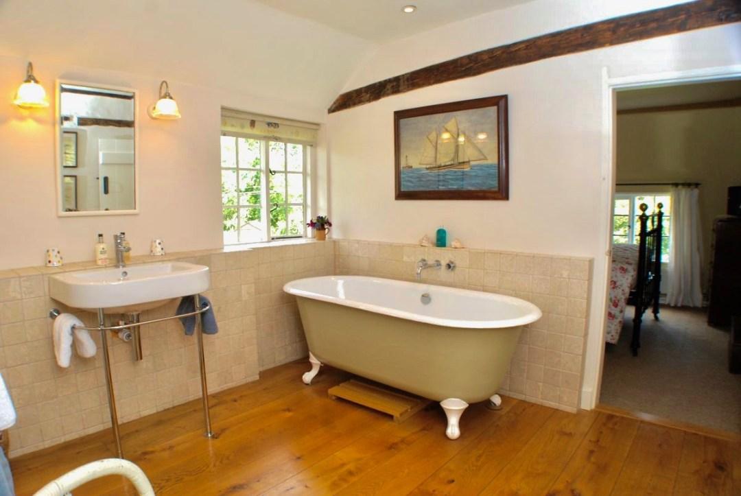 Bathroom thro bdrm_6_780 (1)