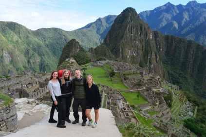Gruppbild med Machu Picchu i bakgrunden