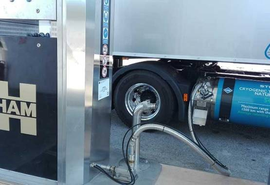 Camión repostando en un surtidor de la estación de servicio HAM Jonquera, Girona, que permite repostar gas natural licuado y gas natural comprimido