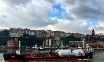 HAM Bunkering gas natural licuado en Bilbao, repostando el buque Oizmendi GNL