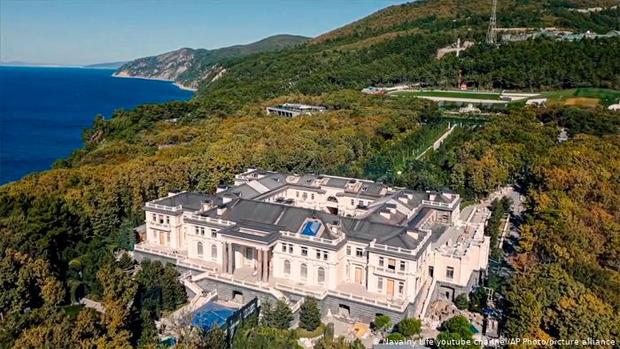 اس محل میں 40 یا 50 باتھ روم نہیں بلکہ-- دنیا کے طاقتور سربراہان کے شاندار محل اور ان کے چونکا دینے والے راز 1
