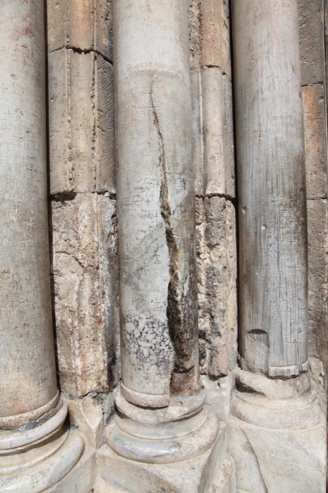 Рассеченная колонна слева от входа в Храм Воскресения