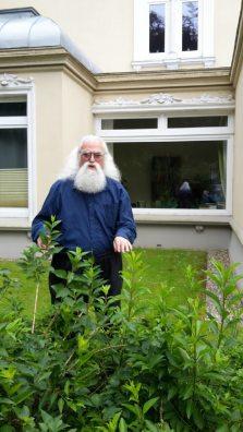 Отец Константин у своего дома (Norderstedt)