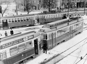 Raitiovaunuja Vallilan varikolla 1960. Hämeentie 69:ssä oli vielä elannon elintarvikemyymälä.