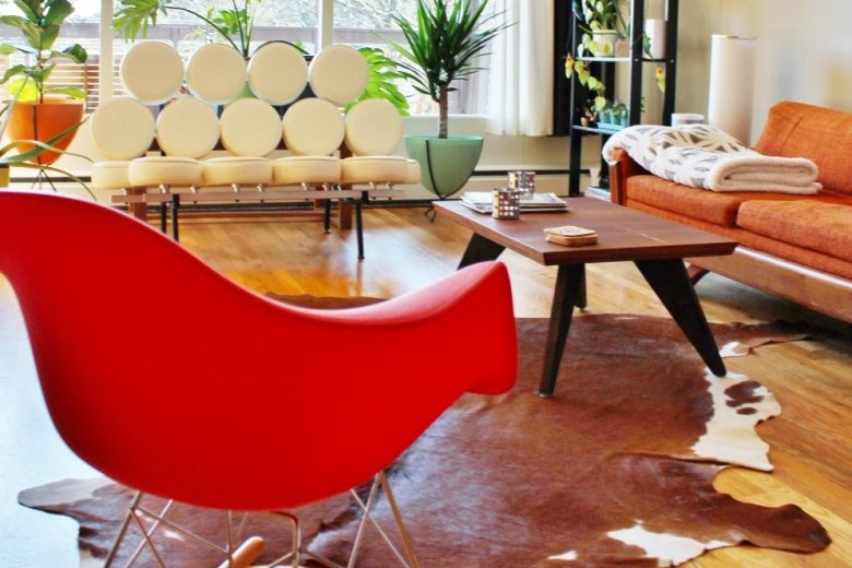 4 Striking Ways to Style an Eames Rocker: Try new layouts, throw pillows and blankets until you find just the right style for your Eames rocker. Here are some ideas to get you started. #eames #midcenturymodern | Hammer & a Headband