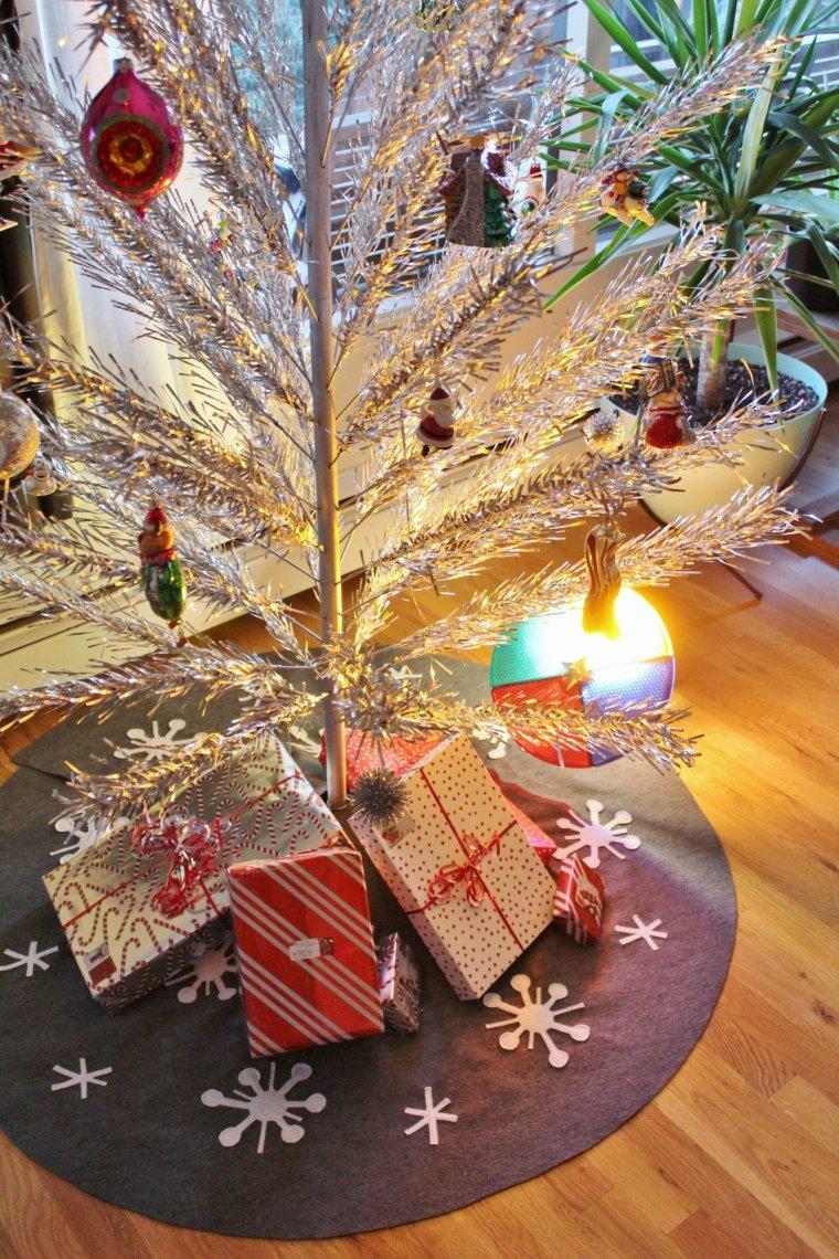 Make this Sputnik tree skirt for a very mid-century modern Christmas