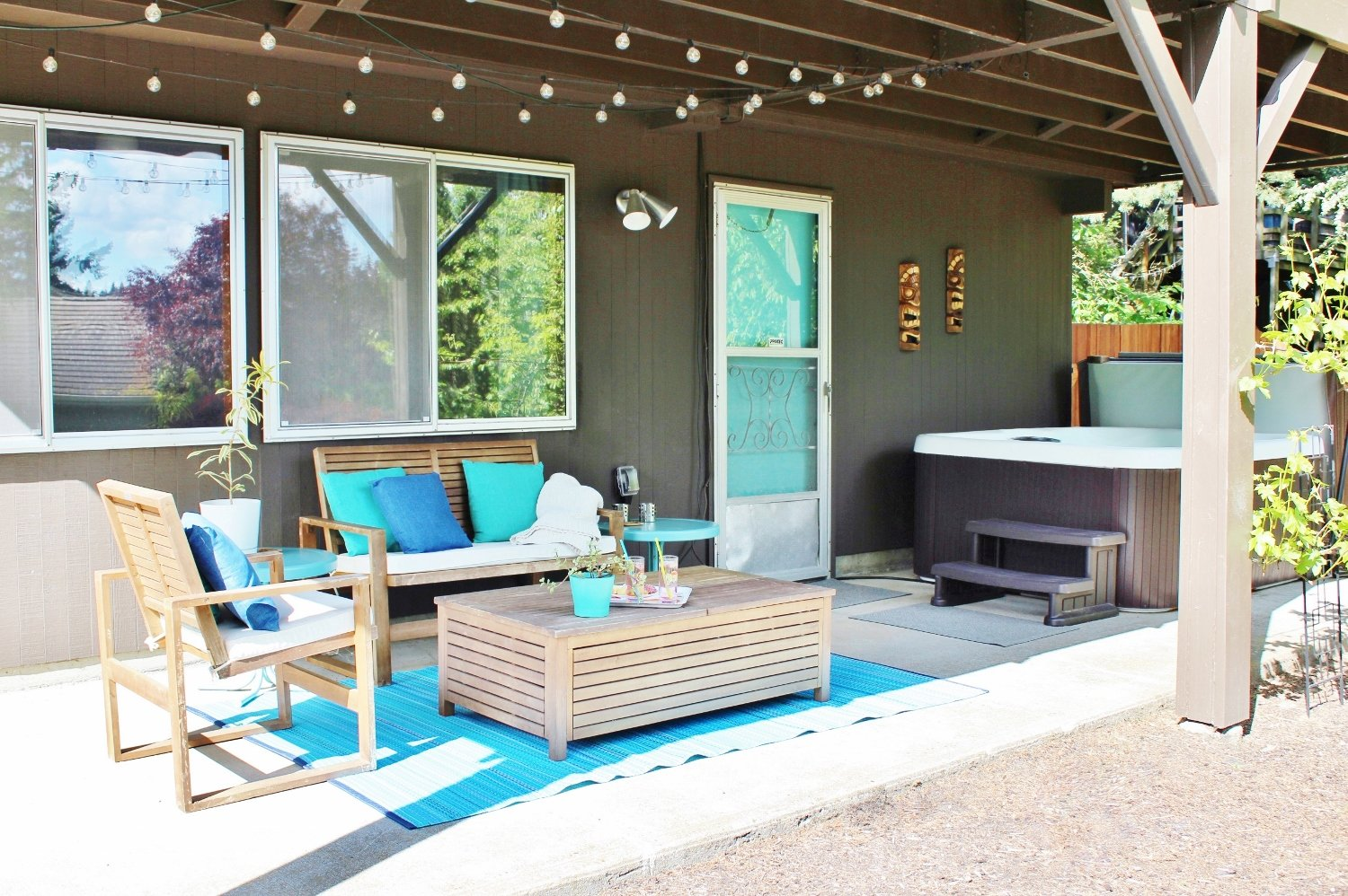Mid-century modern patio with turquoise accessories
