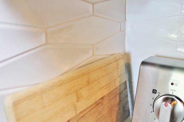 Mirroring tile around backsplash corners