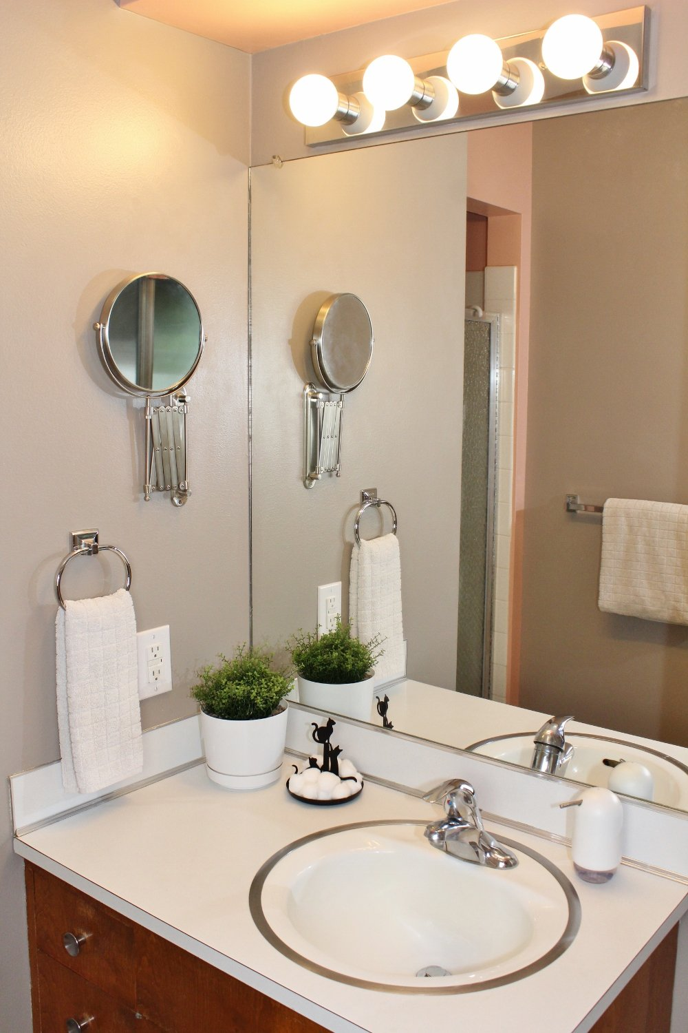 Mid-century modern bathroom with taupe and pink paint