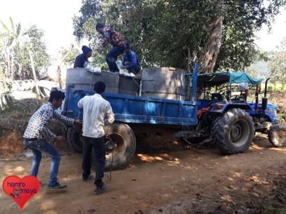 Wasser für Dörfer - Projekt 1 - Die Baumaterialien werden zur Wasserquelle gebracht.