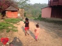Kinder, die ihre Wasserflaschen nun direkt im Dorf aufgefüllt haben :)