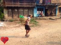 Ein alter Mann, der volle Wasserflaschen wieder nach Hause bringt, ohne den Weg zum Fluss gemacht zu haben :)