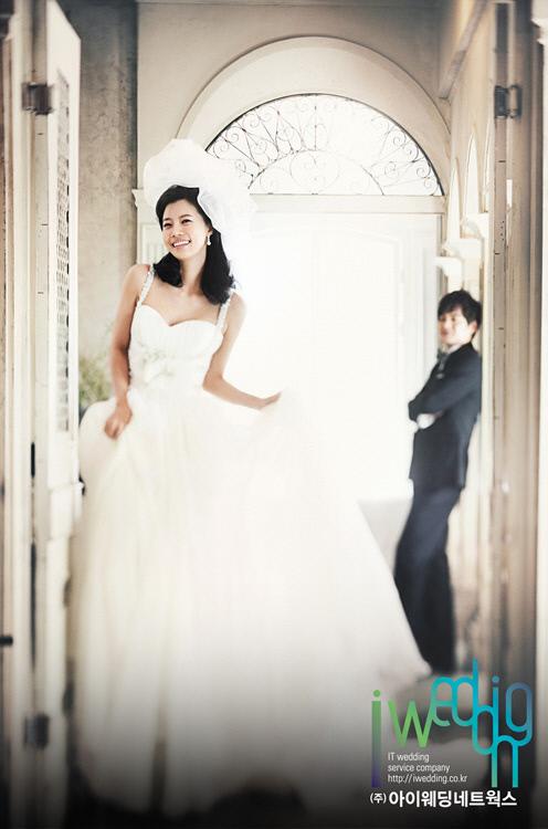 Actress Yoo Sun reveals romantic wedding pictures