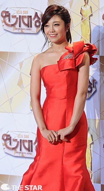 Today's Photo: 2013 SBS Drama Awards. Red Carpet - January 1. 2014 [1] @ HanCinema :: The Korean Movie and Drama Database