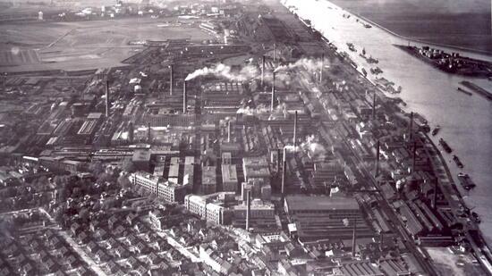 Die riesige Werksanlage der IG Farben am Rheinufer in Ludwigshafen Anfang der 1930er-Jahre.