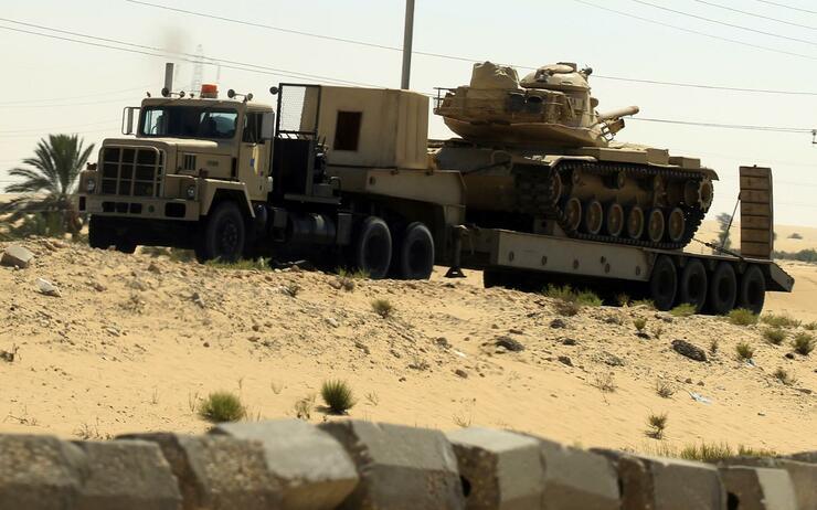 Die ägyptische Armee mit Panzer auf dem Weg zum Grenzübergang Rafah. Quelle: Reuters
