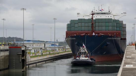 Das chinesische Containerschiff Cosco Shipping Panama hat als erstes Schiff die Fahrt durch den ausgebauten Panamakanal angetreten. Neun Jahre nach Beginn des Ausbaus wurde die Wasserstraße damit offiziell für Schiffe der sogenannten Postpanamax-Klasse freigegeben. War es bislang nur Schiffen mit einer Ladekapazität von bis 4400 Containern möglich, den Kanal zu benutzen, können künftig Großschiffe mit bis zu 14.000 Containern die Wasserstraße befahren. Quelle: AP