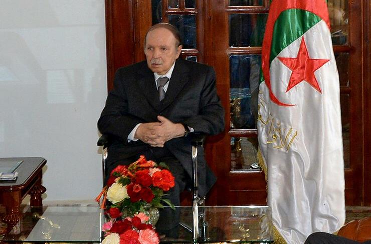 Präsident Abdelaziz Bouteflika kehrt nach Algier zurück, nachdem er sich seit einem Schlaganfall im April in einem französischen Militärkrankenhaus aufhielt. Quelle: ap