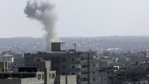 Alltag in Gaza-Stadt: Rauchsäulen über Wohnvierteln, in die die israelische Luftwaffe Bomben abgeworfen hat. Quelle: ap